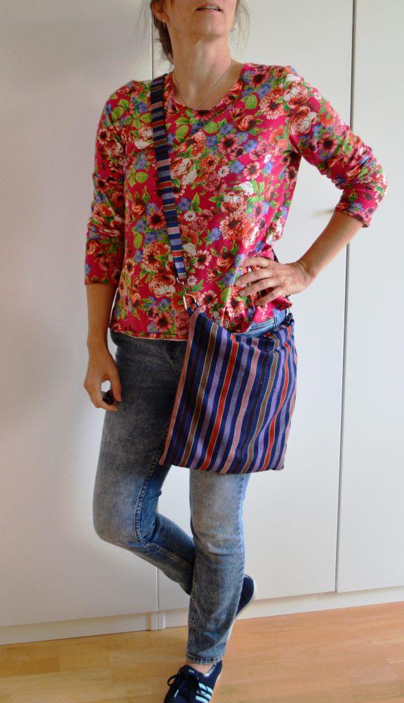 Blumenshirt und Hippie-Tasche